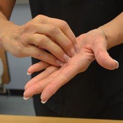 se-dezinfecteaza-varfurile-degetelor